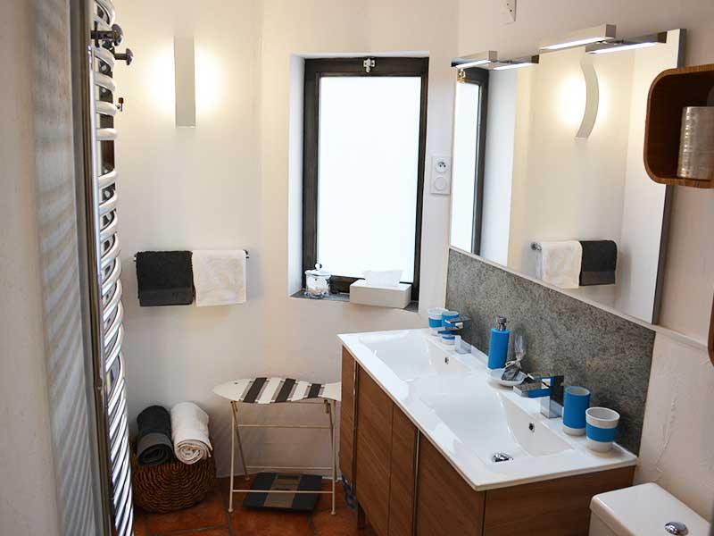salle de bain dans une maison d'hôtes haut de gamme 34